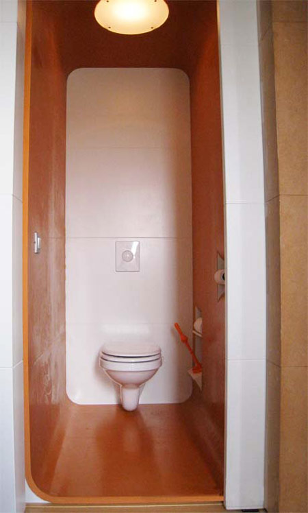 toilet in oranje rubber